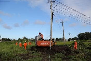 Xuyên đêm khắc phục lưới điện cho người dân vùng bão lụt