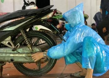 Những chàng trai SOS và hành trình xuyên đêm cứu hộ xe máy giúp người dân về quê