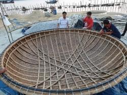 Làng thúng chai ven biển ở Quảng Nam với ngón nghề kỳ công