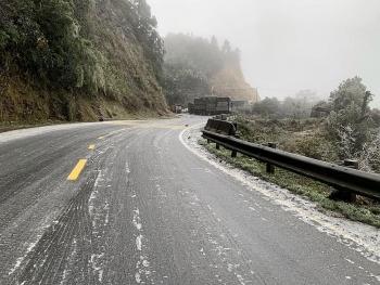 Nắm chắc những điều này khi lái xe trên đường trơn trượt do băng tuyết