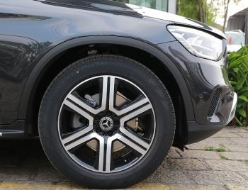Mercedes GLC 300 bị cắt bỏ phanh AMG, lốp run-flat, hãng 'chuyền bóng' cho khách hàng