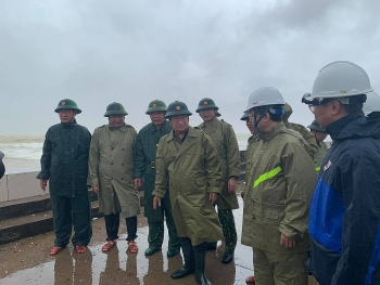 Phó Thủ tướng Trịnh Đình Dũng: Đề nghị Hải quân cử tầu lớn ứng cứu ngư dân gặp nạn do bão số 9