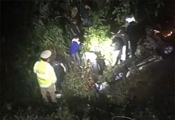 Tin tức tai nạn giao thông sáng 2/1: Bán tải mất lái lao xuống cống, 2 người tử chết, 4 người đang cấp cứu