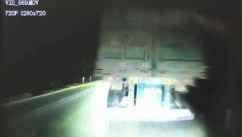 Camera giao thông: Lóa mắt vì bị chiếu đèn pha, tài xế đâm sầm vào đuôi xe bên đường