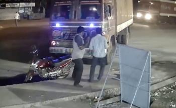 Camera giao thông: Xe tải lạc tay lái, suýt cướp mạng hai người đàn ông đứng nói chuyện bên đường