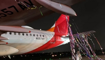 Bị chùm dây trong bóng pháo hoa quấn vào đuôi và động cơ, một máy bay phải hạ cánh khẩn cấp