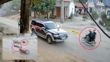 Camera giao thông: Lạnh gáy khoảnh khắc vượt ẩu, 4 người văng xuống đường