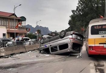 Tin tức tai nạn giao thông chiều 3/1: Xe Hyundai húc văng khối bê tông rồi lật ngửa, phơi bụng giữa đường