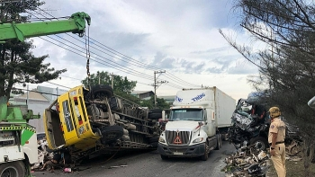 Tin tức tai nạn giao thông chiều 4/1: Xe đầu kéo lao qua đường, húc bay ô tô chở phế liệu
