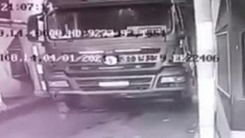 Tin tức tai nạn giao thông ngày 5/1: Đang nằm dưới gầm sửa xe, tài xế bị xe trôi cán qua người