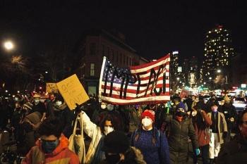 Người Mỹ biểu tình đòi phế truất ông Trump sau vụ bạo loạn lịch sử