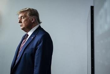 Ông Trump cân nhắc tự ân xá cho bản thân?