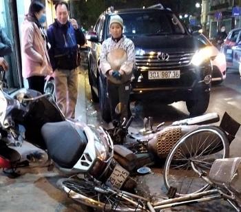 Tin tức tai nạn giao thông nổi bật ngày 11/1: Tài xế lái Toyota Fortuner tông loạt xe máy trên phố Hà Nội