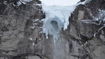 Video: Khoảnh khắc thác băng bất ngờ đổ sập xuống đám đông đang ngắm cảnh
