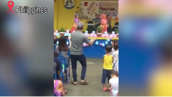 """Video: Ông bố """"đáng yêu hết nấc"""" khi vừa xem con biểu diễn văn nghệ, vừa múa dẻo """"nhắc bài"""""""