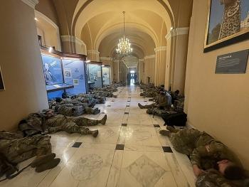 Choáng cảnh Vệ binh Quốc gia nằm la liệt tại Điện Capitol