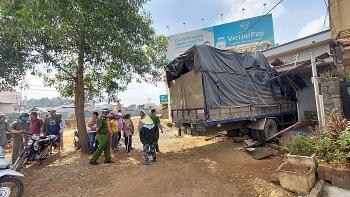 Tin tức tai nạn giao thông nổi bật ngày 14/1: Xe tải lao vào nhà dân, tông sập phòng ngủ