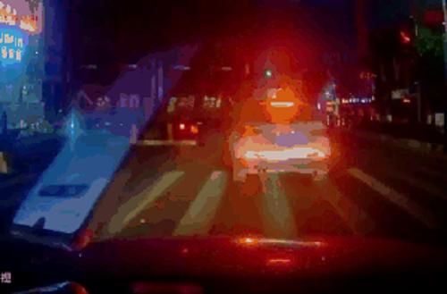 Camera giao thông: Ô tô bất ngờ kẹp chặt dưới thùng xe container