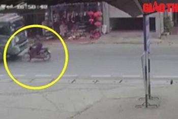 Camera giao thông: Rùng mình khoảnh khắc nữ sinh sang đường bị xe ben tông tử vong