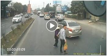 """Camera giao thông: Dừng xe dắt cụ bà sang đường, tài xế container nhận """"mưa lời khen"""""""