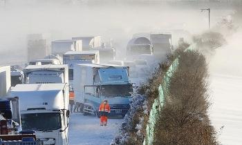 Camera giao thông: 130 xe tông nhau liên hoàn trong trận bão tuyết kinh hoàng ở Nhật Bản