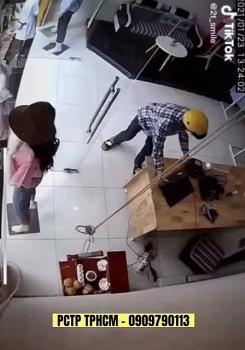 Video: Thanh niên táo tợn xông vào cửa hàng xịt hơi cay vào nhân viên rồi cướp laptop