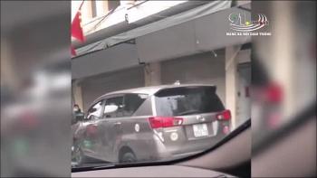 Camera giao thông: Xe 7 chỗ mất lái tông tài xế Grabbike gục tại chỗ