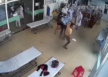 Video: Bệnh nhân xông vào hành hung bác sĩ khi bị nhắc nhở đeo khẩu trang
