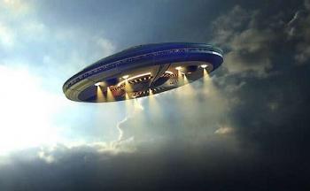 """UFO xuất hiện trên bầu trời đêm của Hawaii trước khi """"lặn"""" vào đại dương?"""