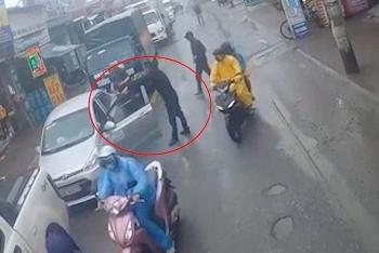 Camera giao thông: Tài xế xe bán tải hùng hổ chặn đầu, dùng gậy đập vỡ kính ô tô con phía sau