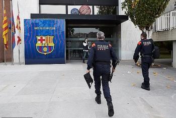 Cảnh sát ập vào khám xét, bắt êkip cựu chủ tịch CLB Barcelona