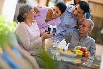 Ngày 8/3 tặng quà gì cho mẹ vợ để thể hiện sự chân thành và tôn trọng?