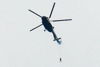 Binh sĩ Nga may mắn thoát nạn sau khi bị treo lủng lẳng dưới bánh trực thăng