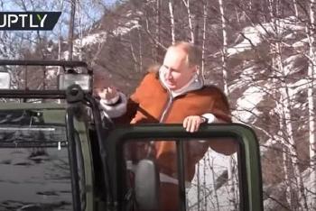 Tổng thống Putin lái xe bánh xích băng rừng tuyết