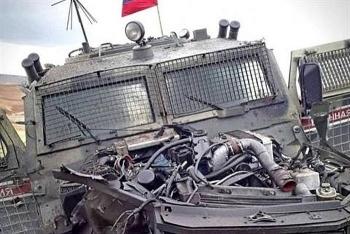 Thiết giáp Tiger của Quân cảnh Nga bị xé toạc phần đầu sau khi dính bom của phiến quân
