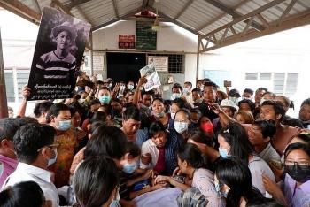 Quân đội Myanmar bất ngờ nổ súng vào đám tang nam sinh viên tử vong sau biểu tình
