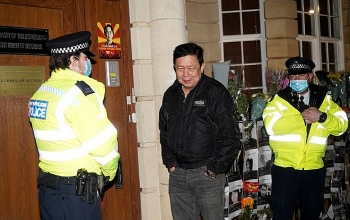 Đại sứ Myanmar tại Anh bất ngờ bị thuộc cấp nhốt bên ngoài sứ quán?