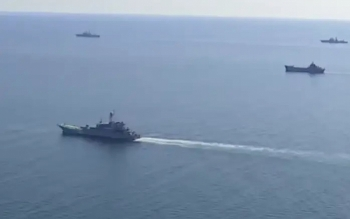 """Nga cảnh báo tàu Mỹ """"tránh xa"""" bờ biển Nga"""
