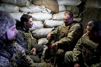 Tổng thống Ukraine ra tiền tuyến thăm binh sĩ giữa lúc căng thẳng với Nga đang leo thang