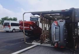 Tin tức tai nạn giao thông sáng 15/7: Xe lu cán chết người, xe chuyên dụng lật hất tung nhiều ô tô con ra giữa cao tốc
