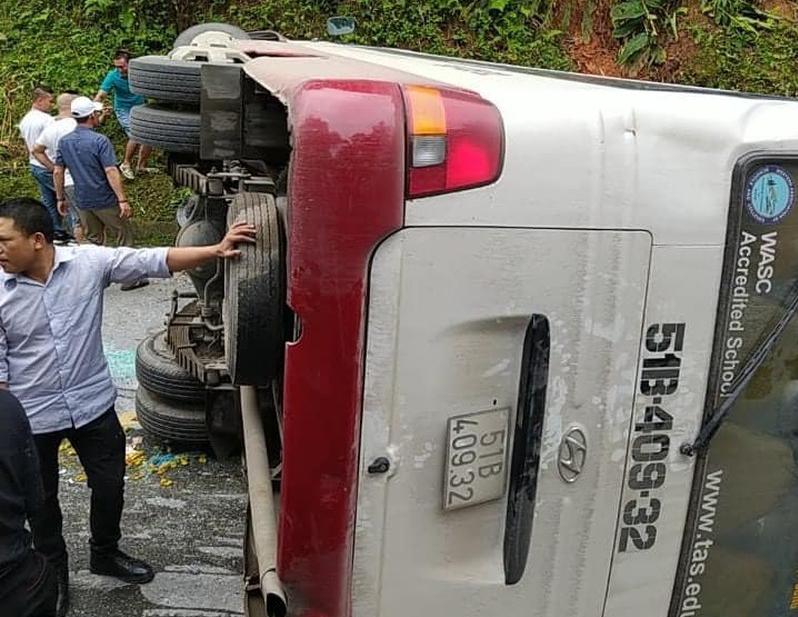 Tin tức tai nạn giao thông (TNGT) nóng nhất chiều 21/7: Tránh xe đạp, container lao xuống ruộng; Xe khách chở 30 người lật ngang đèo ở Lào Cai