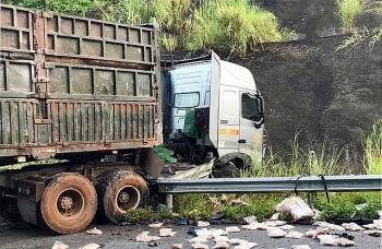 """Tin tức tai nạn giao thông (TNGT) sáng 23/7: Xe đầu kéo """"đầu đầu"""" xe tải trên cao tốc, 2 người tử vong thương tâm, thi thể kẹt trong cabin"""