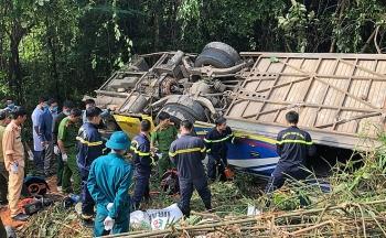 Tin tức tai nạn giao thông (TNGT) chiều 23/7: Khởi tố lái xe khách rơi xuống vực khiến 6 người chết ở Kon Tum
