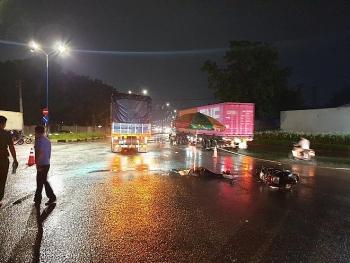 Tin tức tai nạn giao thông sáng 24/7: Con bị xe tải cán tử vong, mẹ ngồi khóc ngất trong mưa