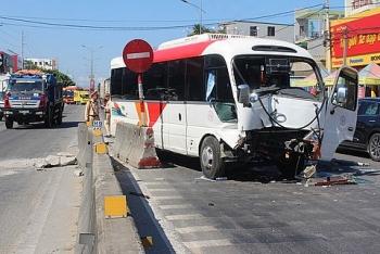 Tin tức tai nạn giao thông chiều 24/7: Xe khách đi đám cưới về tông thẳng vào dải phân cách, 5 người trọng thương