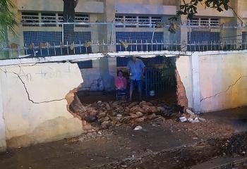 Tin tức tai nạn giao thông sáng 26/7: Nữ tài xế tông sập tường rào trường tiểu học