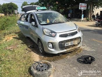 Tin tức tai nạn giao thông (TNGT) chiều 27/7: Va chạm với xe máy, taxi nổ lốp rồi lao thẳng xuống ruộng