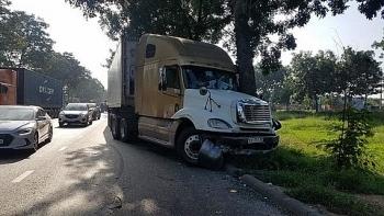 Tin tức tai nạn giao thông (TNGT) chiều 28/7: Container tông taxi, 7 người đi ăn cưới thoát chết trong gang tấc