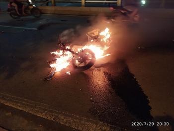 Tin tức tai nạn giao thông (TNGT) sáng 30/7: Xe SH tông vào dải phân cách cháy trơ khung, 2 thanh niên văng hàng chục mét