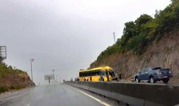 Tin tức tai nạn giao thông (TNGT) chiều 1/8: Xe khách chở 15 người tông vào vách núi, nhiều người hoảng loạn kêu cứu